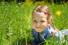 Ritratto di una ragazza di 4 anni su un prato inglese verde Ragazza sull'erba nel parco immagini stock libere da diritti