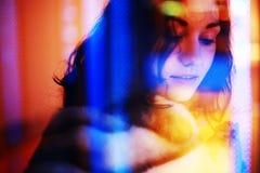 Ritratto di una ragazza attraverso una finestra Fotografia Stock Libera da Diritti