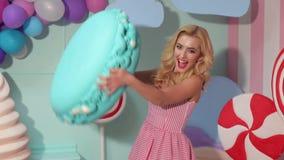 Ritratto di una ragazza di Barbie con una caramella gommosa e molle enorme stock footage