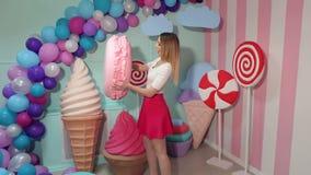 Ritratto di una ragazza di Barbie con una caramella gommosa e molle enorme video d archivio