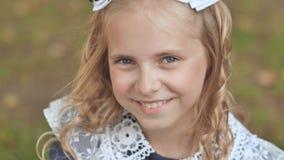 Ritratto di una ragazza bionda di 13 anni sorridente Alto vicino del fronte stock footage