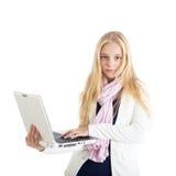 Ritratto di una ragazza bionda con un computer portatile bianco. Fotografia Stock