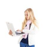 Ritratto di una ragazza bionda con un computer portatile bianco. Immagine Stock Libera da Diritti