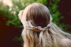 Ritratto di una ragazza bionda della bella sposa in vestito rosa dal pizzo, decorazione dei capelli, fatta a mano Tenerezza Retro fotografia stock