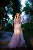 Ritratto di una ragazza bionda della bella sposa in vestito rosa dal pizzo, decorazione dei capelli, fatta a mano Tenerezza Stand fotografie stock libere da diritti