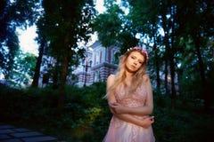 Ritratto di una ragazza bionda della bella sposa in vestito rosa dal pizzo, decorazione dei capelli, fatta a mano Tenerezza Stand fotografia stock libera da diritti