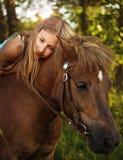 Ritratto di una ragazza a cavallo immagini stock libere da diritti
