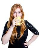 Ritratto di una ragazza che beve dalla tazza Immagini Stock Libere da Diritti