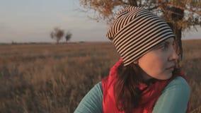 Ritratto di una ragazza che esamina tramonto in savana stock footage