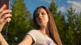 Ritratto di una ragazza che fa un primo piano del selfie video d archivio