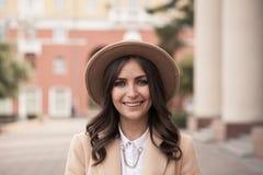 Ritratto di una ragazza che porta un cappello e un cappotto fotografia stock