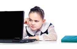 Ritratto di una ragazza che si siede ad uno scrittorio della scuola, scuola, aula, Fotografie Stock Libere da Diritti
