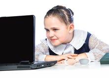 Ritratto di una ragazza che si siede ad uno scrittorio della scuola, scuola, aula, Immagini Stock