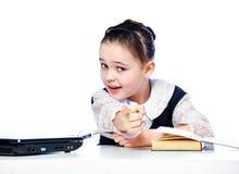 Ritratto di una ragazza che si siede ad uno scrittorio della scuola, scuola, aula, Immagine Stock