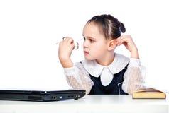 Ritratto di una ragazza che si siede ad uno scrittorio della scuola, scuola, aula, Fotografia Stock Libera da Diritti