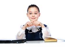 Ritratto di una ragazza che si siede ad uno scrittorio della scuola, scuola, aula, Immagini Stock Libere da Diritti