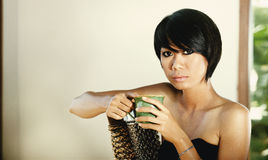 Ritratto di una ragazza che sta sedendosi su una sedia Fotografia Stock