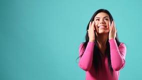 Ritratto di una ragazza che tocca il suo fronte video d archivio
