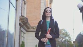 Ritratto di una ragazza cieca in vetri con una canna su una via della città fotografia stock