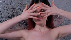 Ritratto di una ragazza con bella pelle Una donna apre il suo fronte con le suoi dita e sorrisi 4K Mo lento video d archivio