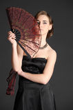 Ritratto di una ragazza con due fan Fotografie Stock Libere da Diritti