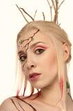 Ritratto di una ragazza con fronte-arte e capelli designati Fotografie Stock