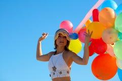 Ritratto di una ragazza con gli aerostati variopinti Fotografia Stock
