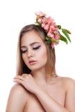 Ritratto di una ragazza con i fiori in suoi capelli Fotografia Stock