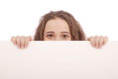 Ritratto di una ragazza con il tabellone per le affissioni in bianco isolato Fotografia Stock