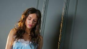 Ritratto di una ragazza con la condizione lunga dei capelli stock footage