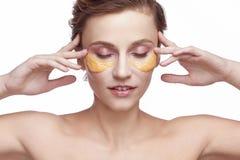 Ritratto di una ragazza con una maschera cosmetica di bellezza sul suo fronte Immagine Stock Libera da Diritti