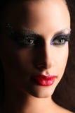 Ritratto di una ragazza con trucco Fine in su Priorità bassa nera Fotografie Stock