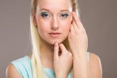 Ritratto di una ragazza con trucco sul suo fronte Fotografia Stock