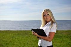 Ritratto di una ragazza con un dispositivo di piegatura Immagini Stock Libere da Diritti