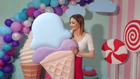 Ritratto di una ragazza con un gelato enorme in studio video d archivio