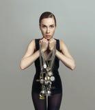 Ritratto di una ragazza con un mazzo di orologi da tasca Fotografia Stock