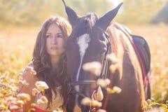 Ritratto di una ragazza e di un cavallo conduce fotografia stock libera da diritti