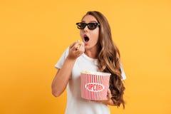 Ritratto di una ragazza emozionante in vetri 3d Fotografie Stock