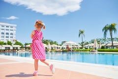 Ritratto di una ragazza felice all'aperto nel giorno di estate Amara Dolce Vita Luxury Hotel ricorso Tekirova-Kemer La Turchia fotografie stock libere da diritti