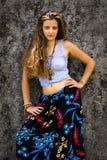 Ritratto di una ragazza felice e di maxi gonna floreale vestita con la cima immagine stock libera da diritti