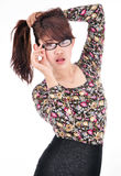 Ritratto di una ragazza graziosa che tira i suoi capelli nella frustrazione Fotografia Stock