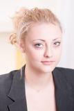 Ritratto di una ragazza graziosa in rivestimento fotografia stock libera da diritti