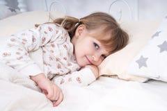 Ritratto di una ragazza a letto Immagine Stock Libera da Diritti