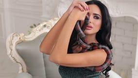 Ritratto di una ragazza di modello con un serpente su uno strato video d archivio