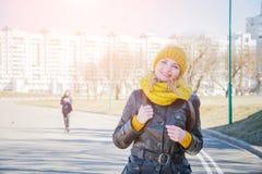 Ritratto di una ragazza molto attraente che cammina attraverso un parco della città fotografia stock