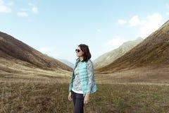 Ritratto di una ragazza nel profilo, stante nel centro dell'immagine, uno stile di vita attivo immagini stock