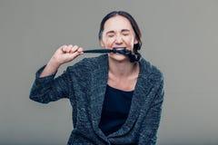 Ritratto di una ragazza preadolescente con la treccia mordace fotografia stock libera da diritti