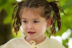 Ritratto di una ragazza di quattro anni divertente con un taglio di capelli da molti Immagini Stock