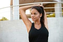 Ritratto di una ragazza seria di forma fisica che allunga le sue mani Fotografia Stock