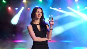 Ritratto di una ragazza sexy con un champagne al partito stock footage